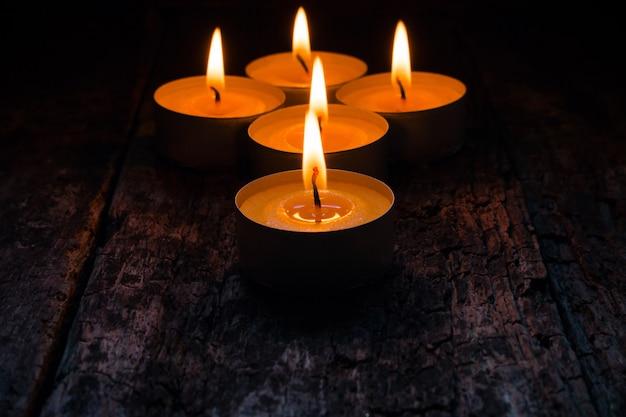 Des bougies allumées pour se détendre sur du bois