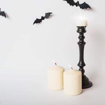 Des bougies allumées près des chauves-souris