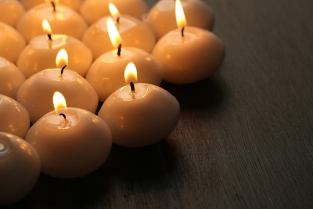 Bougies allumées sur table en bois close-up