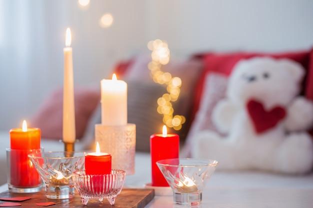 Des bougies allumées sur un tableau blanc à l'intérieur. conce saint valentin