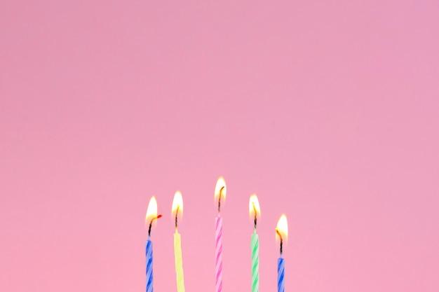 Bougies d'anniversaire et fond sur le dessus