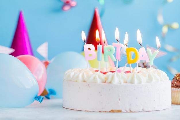 Bougies d'anniversaire sur gâteau