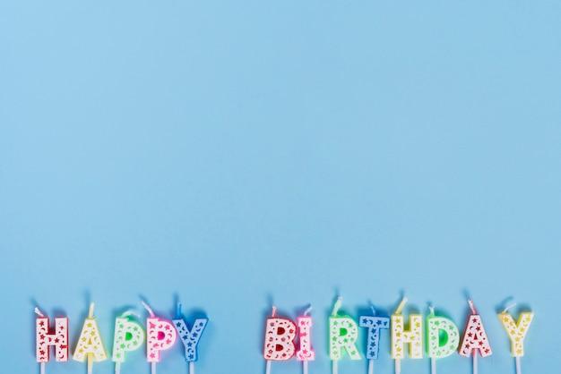 Bougies d'anniversaire non éclairées avec des lettres