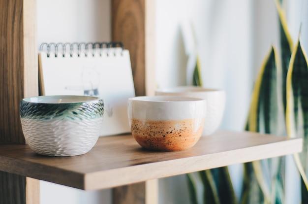 Bougies aromatiques sur une étagère en bois