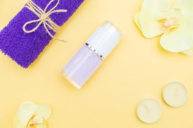 Bougies aromatiques, serviette et lotion. vue de dessus, copiez l'espace. concept de spa, pose à plat.