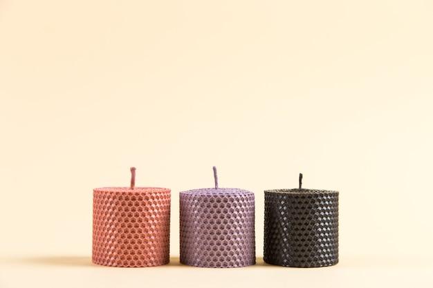 Bougies artisanales colorées et inhabituelles, en cire naturelle à la texture d'abeilles en nid d'abeille, un élément de l'intérieur.