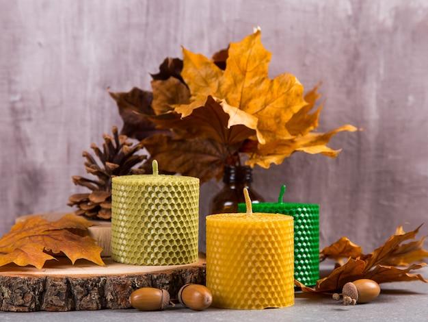 Bougies artisanales colorées et inhabituelles, un élément de l'intérieur.