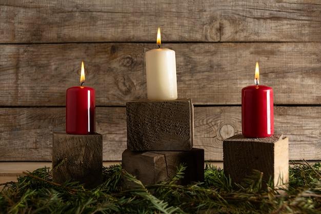 Bougies d'automne sur des cubes en bois