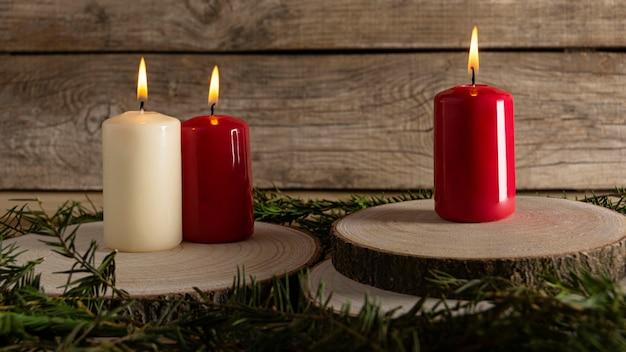 Bougies d'automne sur planche de bois