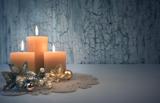 Bougies de l'avent de noël avec des décorations dorées