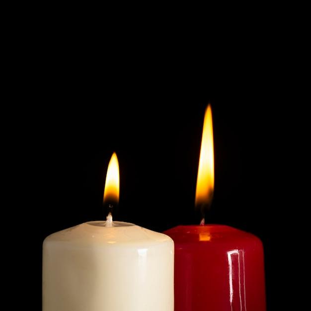 Bougies blanches et rouges sur fond noir