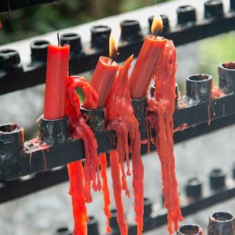 Bougies brûlantes rouges avec de la cire fondue au temple, xi'an, shaanxi, chine.