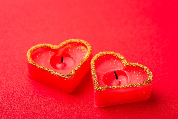 Bougies brûlées rouges sur table rouge
