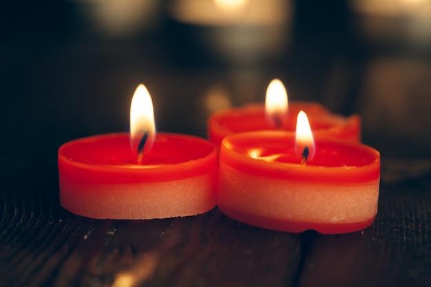 Des bougies brûlent dans l'obscurité. concept de commémoration.