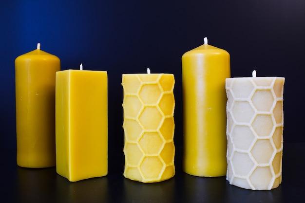 Bougies en cire naturelle sur une table