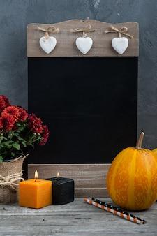 Bougies, citrouille et décoration de la maison automne avec fond