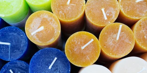 Bougies colorées aromatiques dans un magasin de bougies fond de bougie multicolore