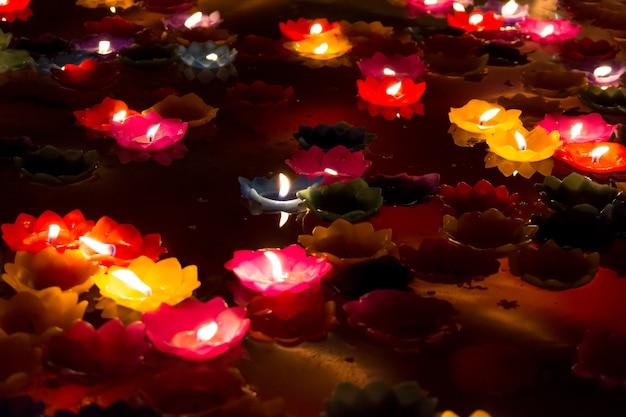 Bougies colorées à la chandelle flottant sur l'eau