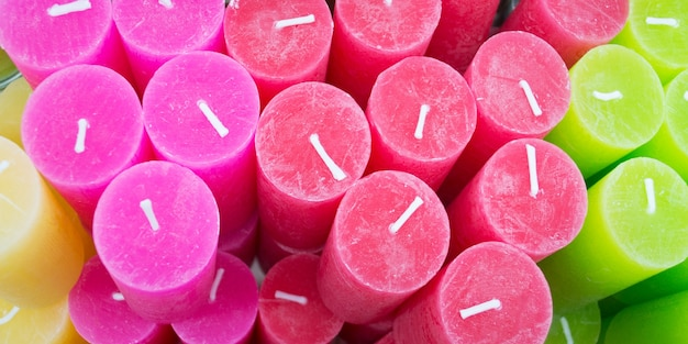Bougies colorées dans un magasin de bougies photo d'arrière-plan bougie multicolore