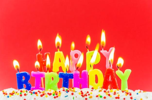 Bougies colorées de joyeux anniversaire