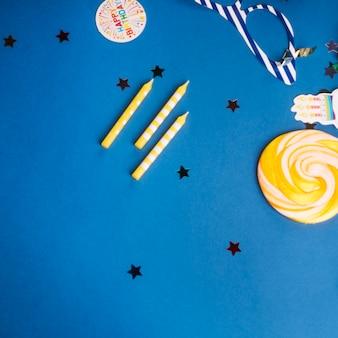 Bougies et confettis sur bleu