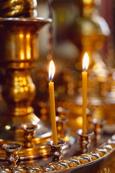 Bougies dans le chandelier dans le temple