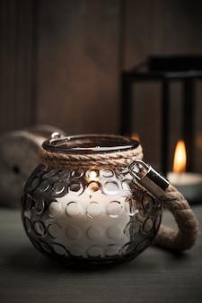 Bougies dans les lanternes et décoration de noël