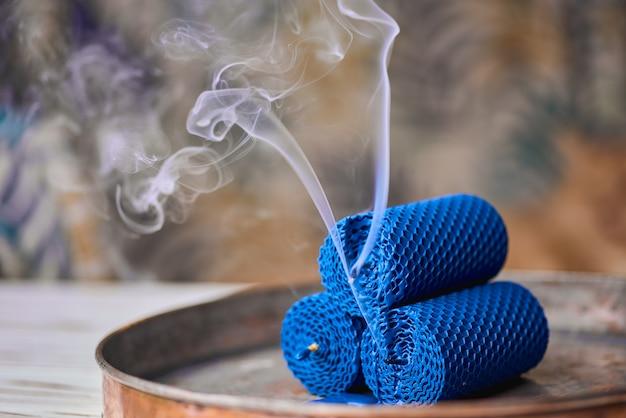 Bougies décoratives en cire d'abeille avec un arôme de miel pour l'intérieur et la tradition.