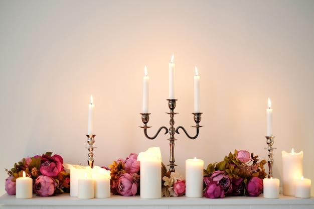 Bougies décoratives avec des fleurs