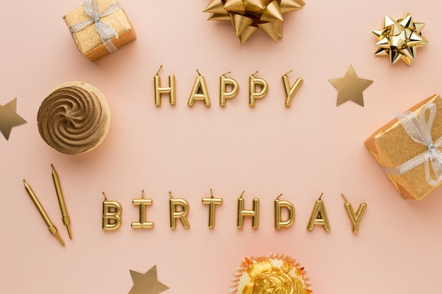 Bougies dorées avec joyeux anniversaire
