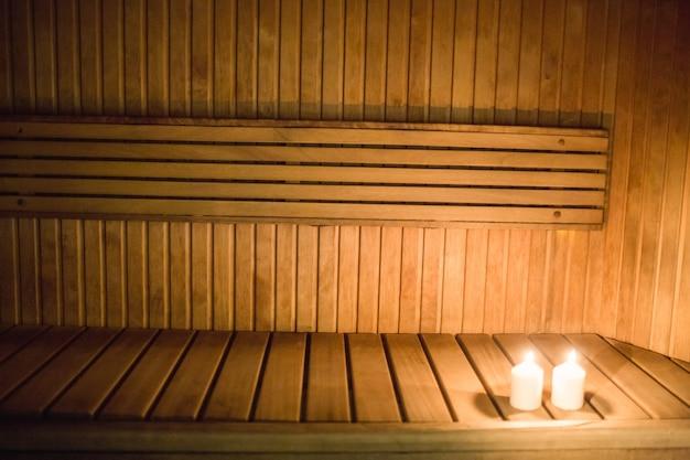 Bougies d'éclairage dans un sauna
