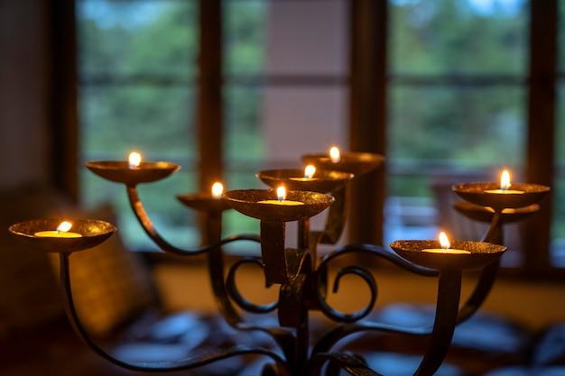 Les bougies enflammées sur un chandelier. fermer