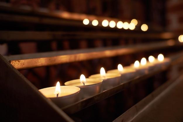 Bougies enflammées dans l'église