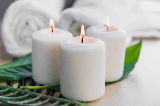 Bougies enflammées sur les feuilles