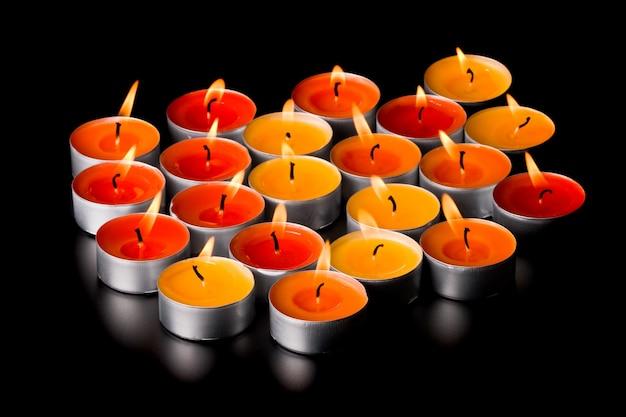 Bougies enflammées sur fond noir