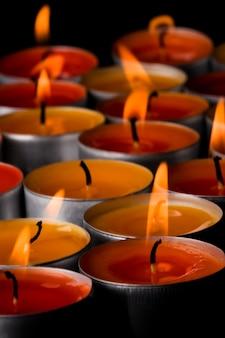 Bougies enflammées sur un fond sombre