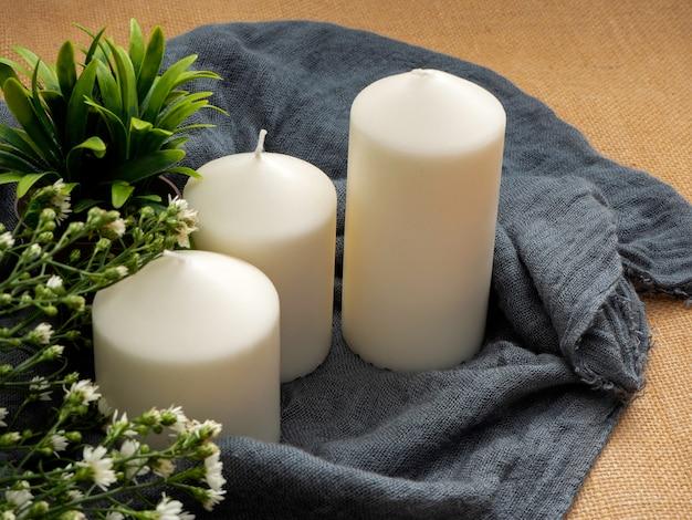 Bougies et fleurs sur table