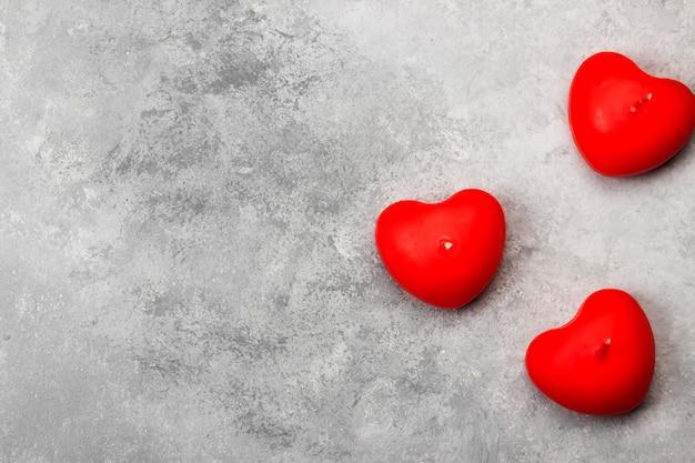 Bougies en forme de coeur sur fond clair. vue de dessus.