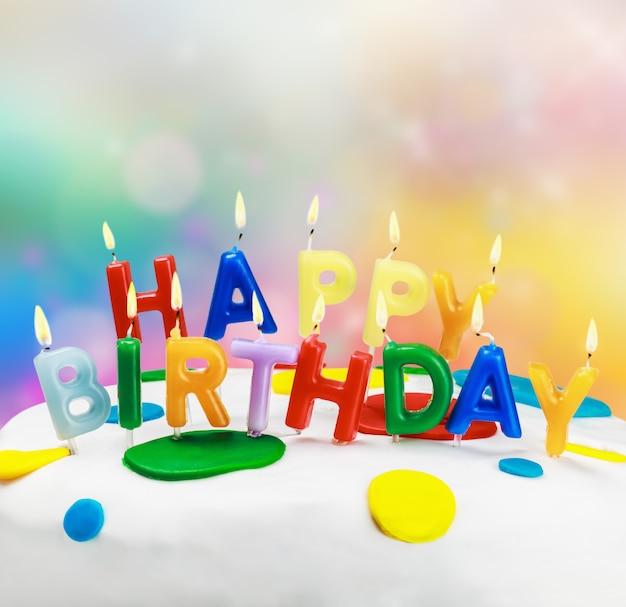 Bougies sur un gâteau d'anniversaire