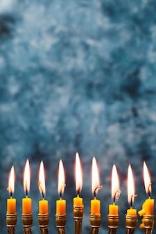 Bougies de houx gros plan brûlant