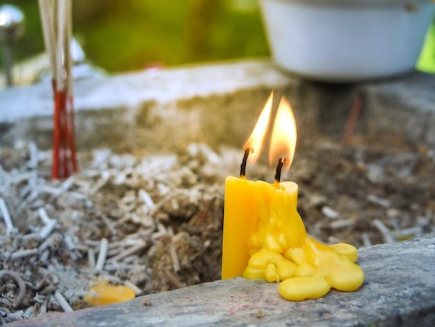 Bougies jaunes qui brûlent dans le temple. bougies flamboyantes