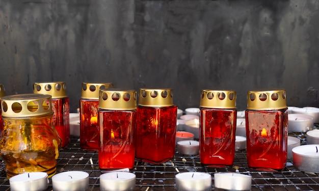 Bougies et lampes d'église pour le repos dans une église catholique. prières catholiques chrétiennes