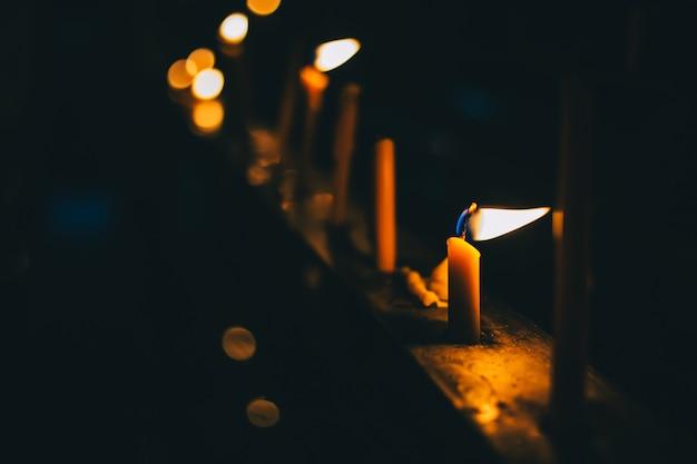 Bougies avec des lumières pour la luminosité