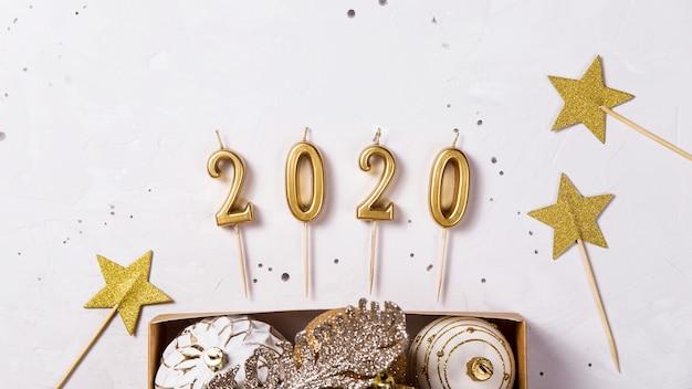 Bougies de noël 2020 comme symbole de la nouvelle année