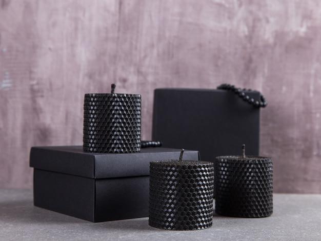 Les bougies noires sont faites à la main, un élément inhabituel de l'intérieur.