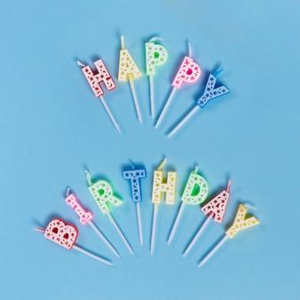 Bougies non éclairées avec texte joyeux anniversaire
