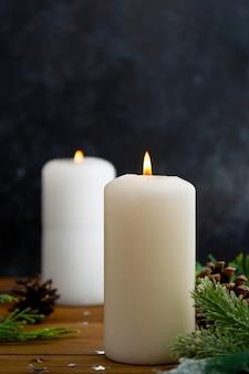Bougies et ornements, fond sombre