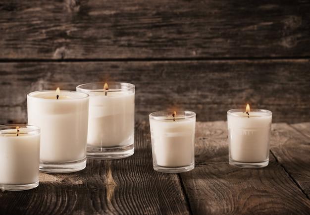 Bougies parfumées sur fond de bois ancien