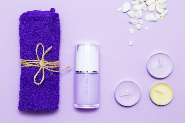 Bougies parfumées, serviette, lotion et galets. vue de dessus, espace copie, mise à plat. concept de spa et de soins du corps.