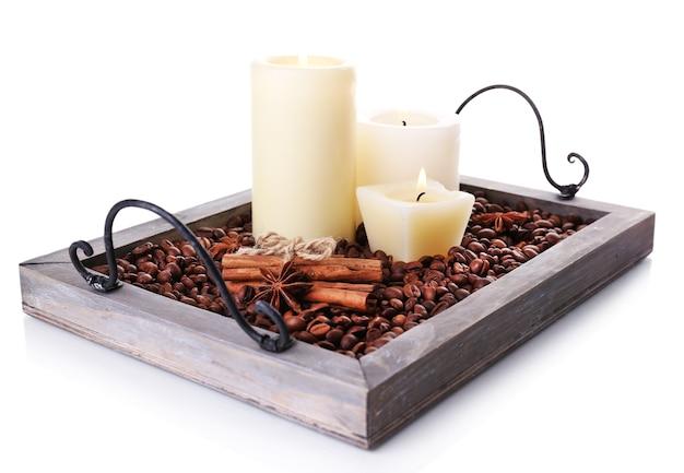 Bougies sur plateau vintage avec grains de café et épices isolated on white